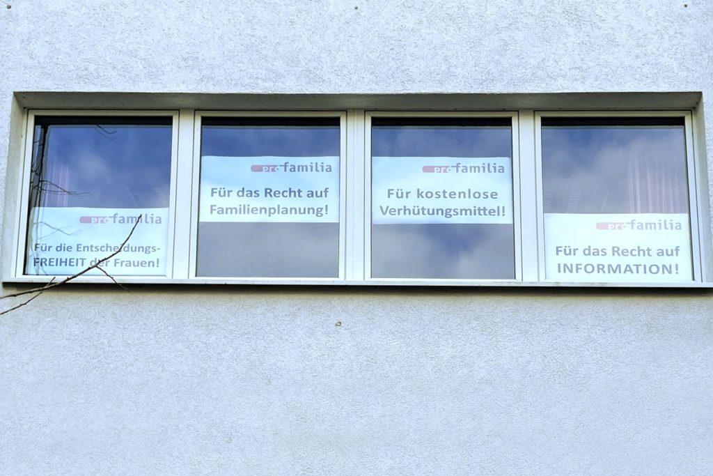 Plakate an den Fenstern der Beratungsstelle profamilia mit verschiedenen Forderungen