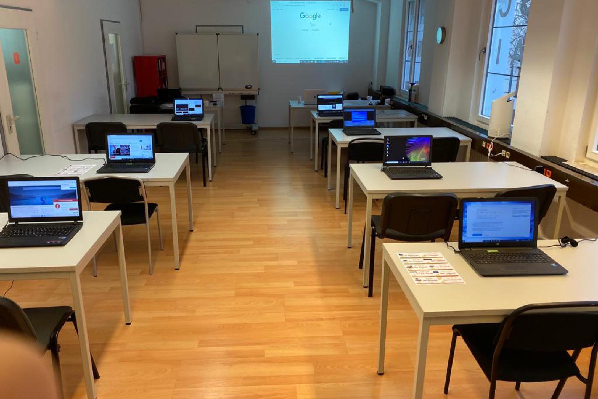 Raum mit Laptops